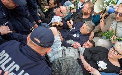 Frasyniuk został zatrzymany w trakcie blokowania obchodów miesięcznicy smoleńskiej