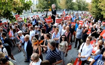 """Wieczorne demonstracje w polskich miastach. """"Zbigniew Ziobro musi odejść"""""""