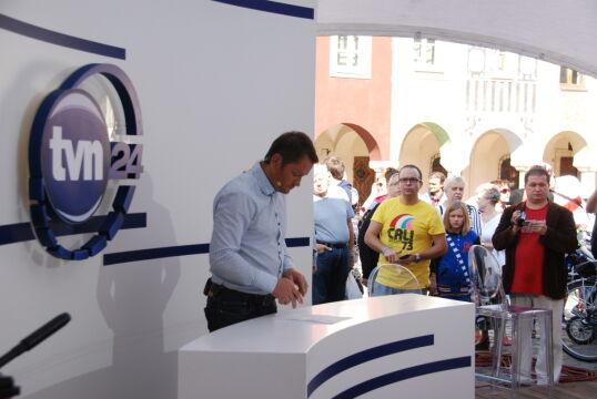 Poznaniacy przyglądali się pracy ekipy TVN 24