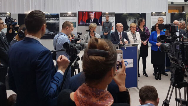 Kaczyński apeluje z ekranu w Brukseli: niech futra przejdą do historii