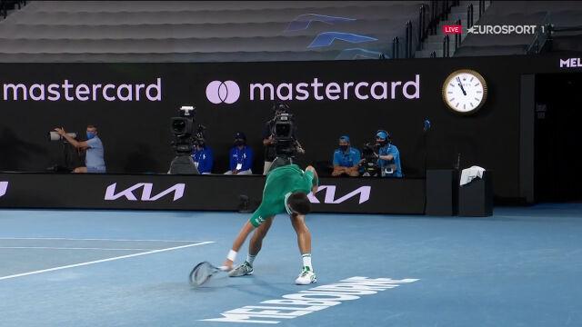 Djoković zniszczył rakietę w 3. secie starcia ze Zverevem w ćwierćfinale Australian Open