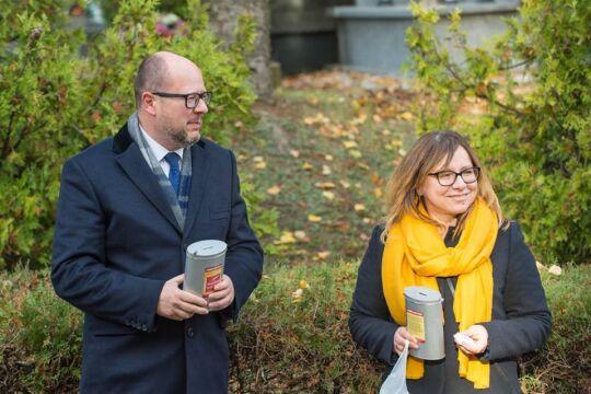 Z Anną Kobylską podczas kwesty na cmentarzu (2018 rok)