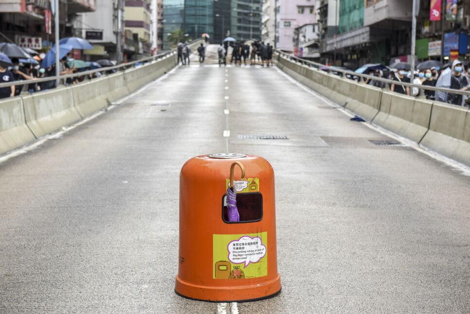 Barykady ustawiane na ulicach przez protestujących, Hongkong