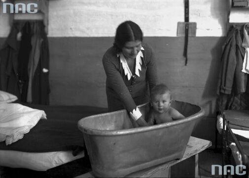 Rita Gorgonowa w celi kąpie swoją córkę Ewę