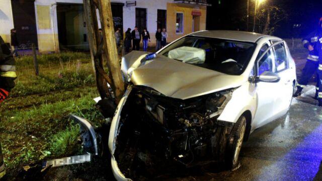 Nieoznakowany radiowóz uderzył w słup. Policjanci ranni