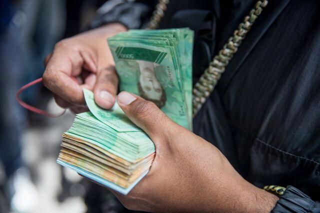 Inflacja szaleje. Maduro podnosi pensję minimalną 35-krotnie