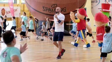 Gortat ponownie uczy dzieci koszykówki.