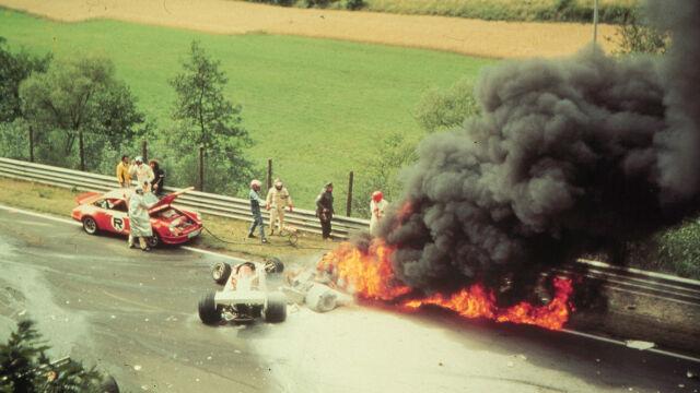 Bolid płonął jak pochodnia, wdychającego trujące opary Laudę ratowali inni kierowcy