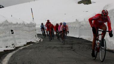 Śnieg namieszałw Giro. Kolarze nie wjadą na przełęcz Gavia