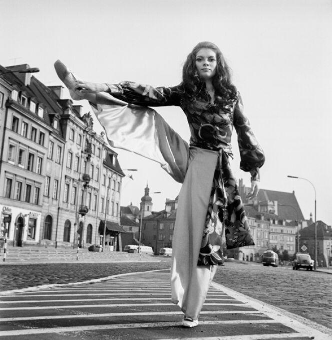 Modelka Lucyna Witkowska, sesja modowa projektantki Barbary Hoff na placu Zamkowym, 1967 r.