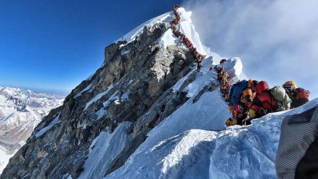 Tłumy w kolejce i kolejne ofiary. Everest zbiera śmiertelne żniwo