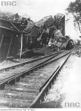 Wykolejony niemiecki transport na stacji Poznań Starołęka w 1943 r.