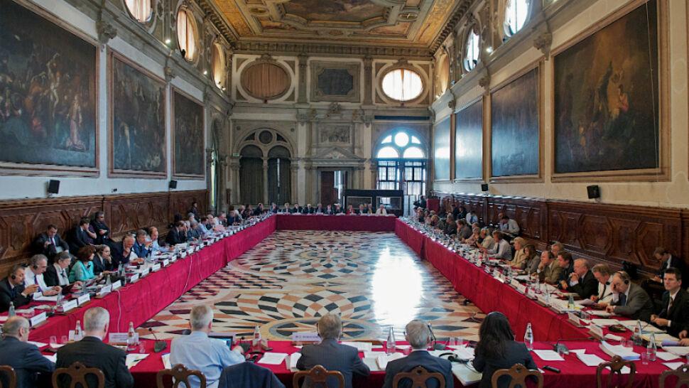 Dwie wizyty, dwie opinie. Komisja Wenecka nie zapomina o Polsce