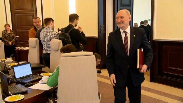 Minister Macierewicz wchodzi na posiedzenie rządu