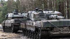 Czołg Leopard 2A5 (L) i Leopad 2A4 (P). Te pierwsze to nowsza wersja. Najłatwiej rozpoznać je po trójkątnym dodatkowym pancerzu z przodu wieży. To obecnie najnowsze czołgi polskiego wojska