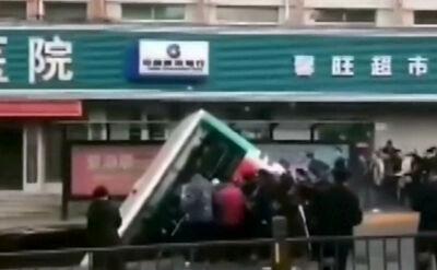 Autobus wpadł do dziury w ulicy