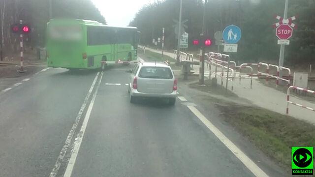 Kierowcy stoją, autokar jedzie. Przez zamknięty przejazd, chwilę przed szynobusem