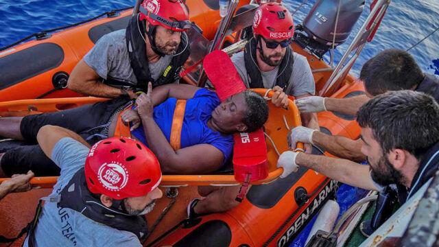 Znany koszykarz uratował migrantkę z Afryki. Przez dwie doby dryfowała na morzu