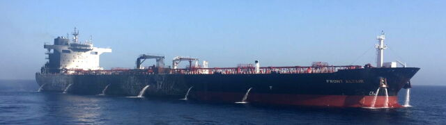 Uszkodzony tankowiec odholowany z wód Iranu. Pożar strawił część burty