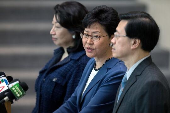 Carrie Lam przemawia na konferencji prasowej w Hongkongu