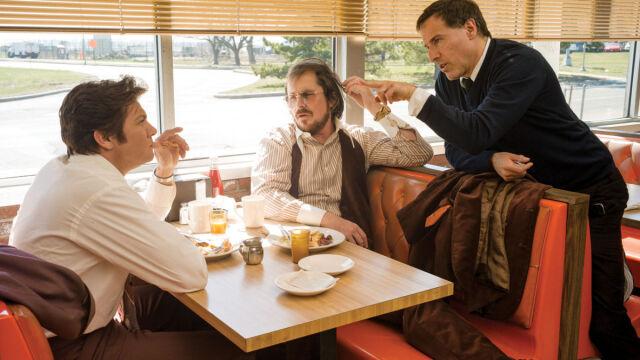 Na planie filmu - reżyser David O. Russell z Jeremym Rennerem i Christianem Balem