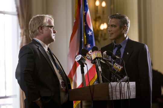 """Philip Seymour Hoffman w """"Idach marcowych"""", 2011 rok (na zdjęciu z Georgem Clooneyem)"""