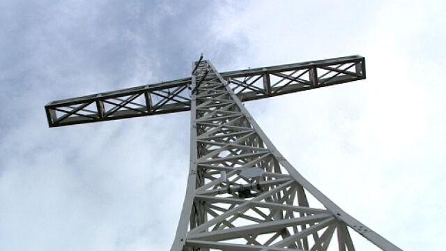 Krzyż ubrany  w anteny