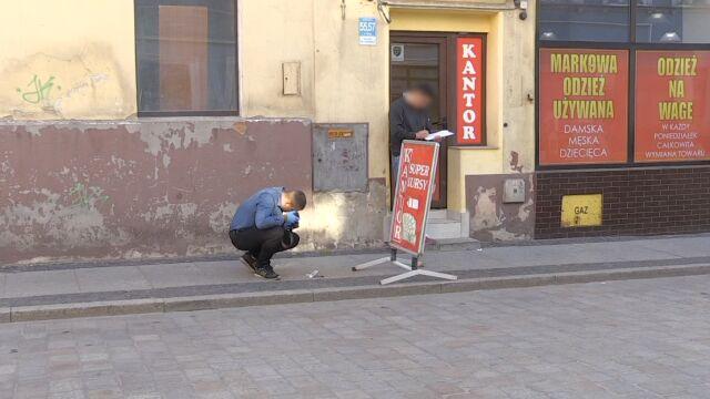 W centrum miasta napadli pracownika kantoru. Ranili go nożem i ukradli pół miliona złotych