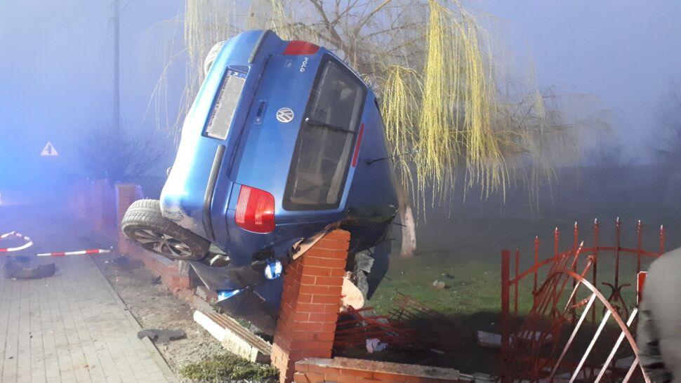 Auto wypadło z drogi i zawisło na płocie