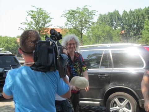 Brian May przy samochodzie