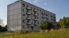 Blok w Kłominie w 2011 roku - wtedy jedyny z zamieszkałych