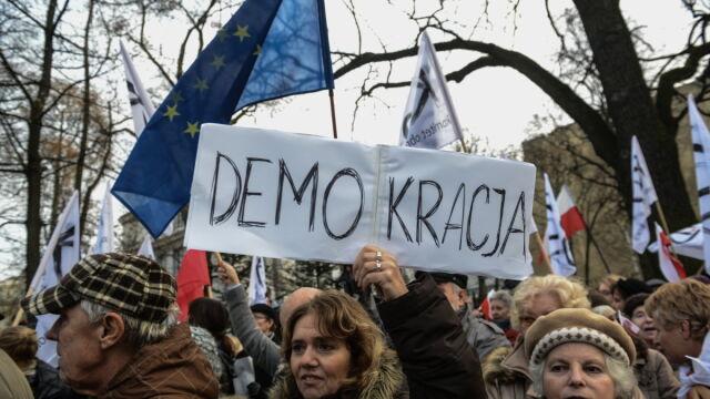 Kolejny konflikt podobny do innych czy zamach na demokrację? Polacy podzieleni ws. TK