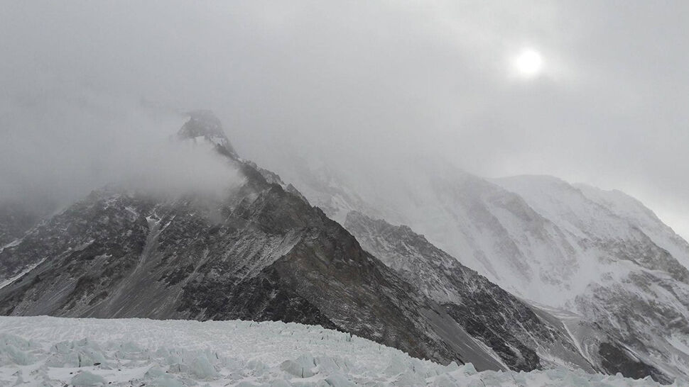 """Chcą wejść na K2 inną trasą. """"Wygląda na to, że jest bezpieczniejsza"""""""