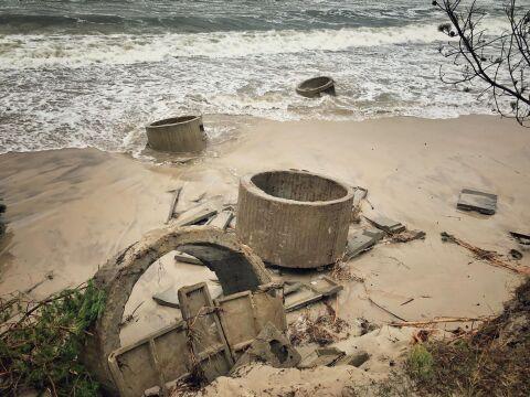 Morze bawiło się betonowymi konstrukcjami jak pionkami