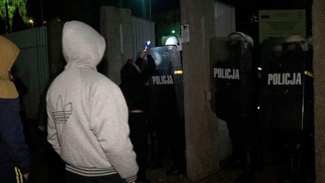 Zaatakowali policjantów, bo byli