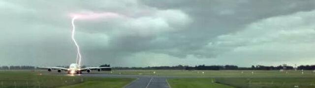 Największy samolot pasażerski świata  na pasie startowym. Obok walą pioruny