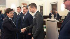 Magazyn   Patryk Jaki podczas posiedzenia rady ministrów, z premier Beatą Szydło, kwiecień 2017 r.