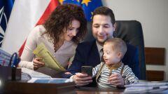 Magazyn   Patryk Jaki wspólnie z żoną i synem w gabinecie ministerialnym, październik 2016 r.