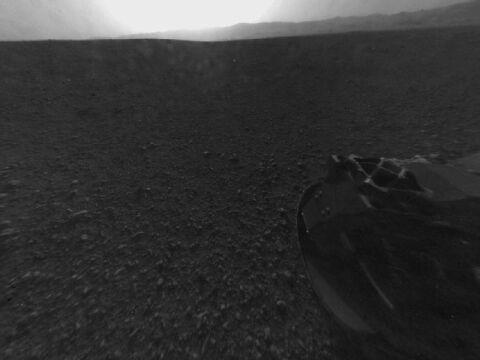 Jedno z pierwszych zdjęć zrobionych przez tylną kamerę łazika (Hazard-Avoidance camera). Zdjęcie zostało 'wyprostowane', oryginalnie nosiło efekt 'rybiego oka'