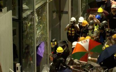Demonstranci wdarli się do budnyku parlamentu w Hongkongu