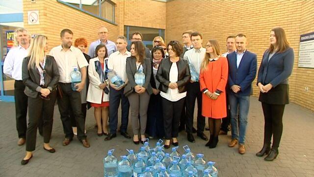 Kandydaci PiS tłumaczą się z dostawy baniaków z wodą do szpitala