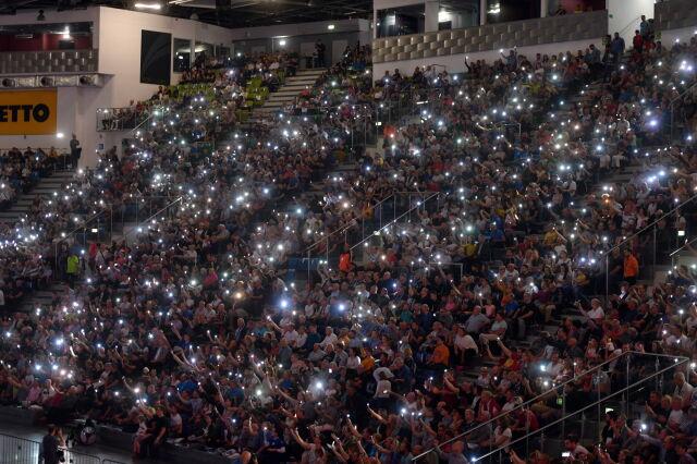 Zgasło światło w trakcie meczu siatkówki.