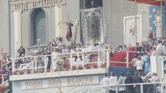 Papież Jan Paweł II (widoczny za ołtarzem) wygłasza przemówienie do wiernych zgromadzonych na Jasnej Górze. Obok papieża widoczni duchowni. Z lewej widoczne poczty sztandarowe, w głębi widoczne chorągwie kościelne. W grupie duchownych z prawej strony widoczny prymas Polski, kard. Stefan Wyszyński (w górnym rzędzie 1. z lewej).