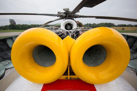 Wloty powietrza do dwóch silników turbowałowych zamontowanych na grzbiecie maszyny