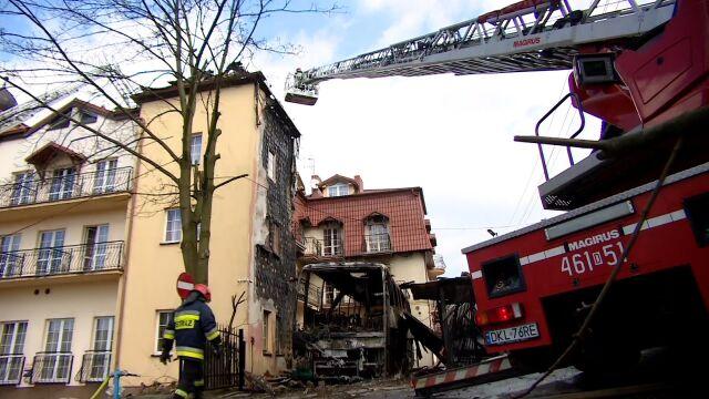 Spaliły się samochody, płonął hotel. Prokuratura: przez niedogaszony popiół z kominka