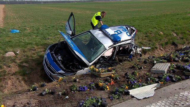 A4: ciężarówka wioząca kwiaty wjechała w radiowóz. Poważnie ranni policjanci
