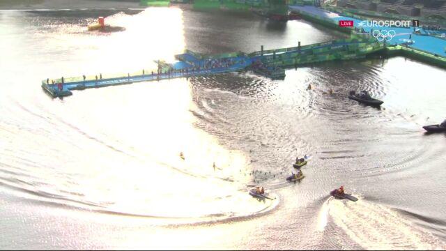 Kuriozalny falstart podczas olimpijskiego triathlonu. Zawodników goniono na pontonach