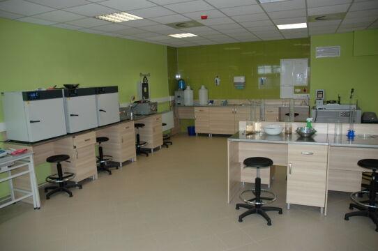 Nowoczesna sala laboratorium geotechnicznego