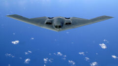 B-2 Spirit poleciał pierwszy raz 25 lat temu, ale nadal jest najnowocześniejszym bombowcem i nie ma sobie równych. Jednak ze względu na astronomiczną cenę zbudowano ich tylko 21