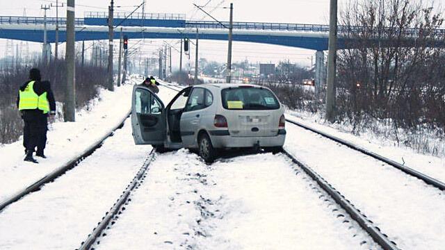 Pijany taksówkarz jechał po torach. Zablokował ruch pociągów
